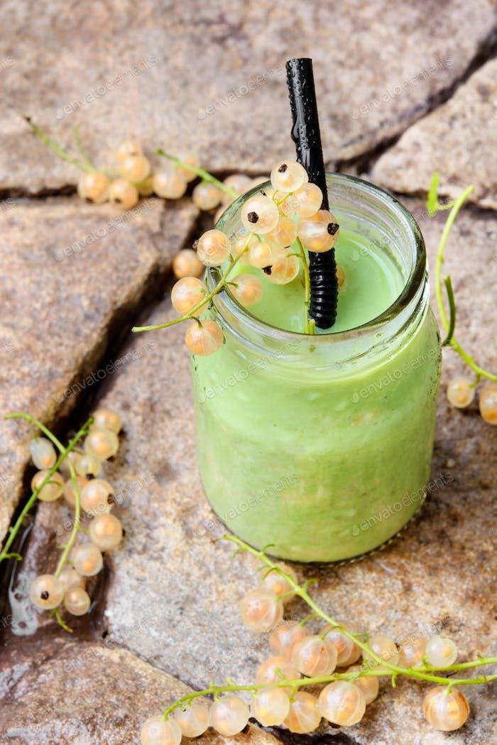 Gesunde Smoothies mit frischen Beeren