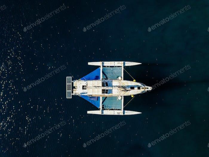 Luftaufnahme von der Drohne der Yacht in tiefblauem Meer
