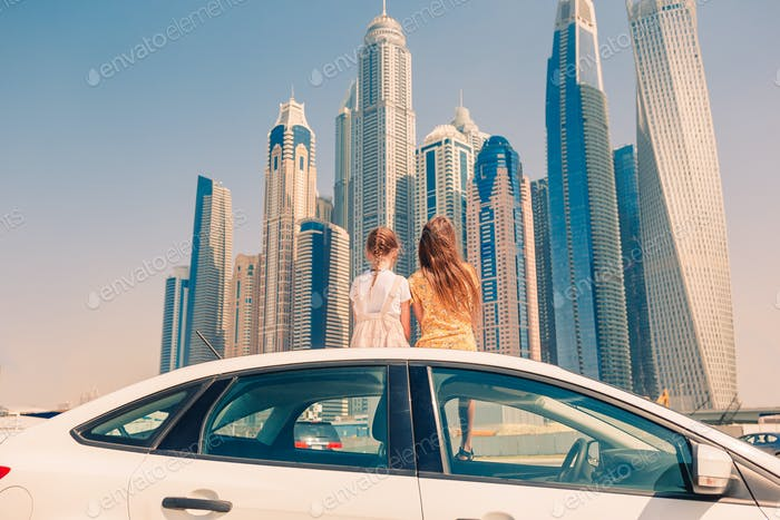 Sommerautoausflug und junge Familie im Urlaub
