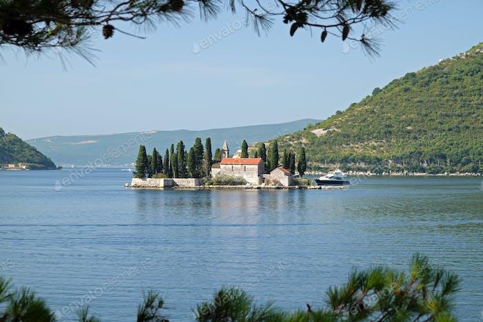 Insel Saint George vor der Küste von Perast in Bucht von Kotor, Montenegro