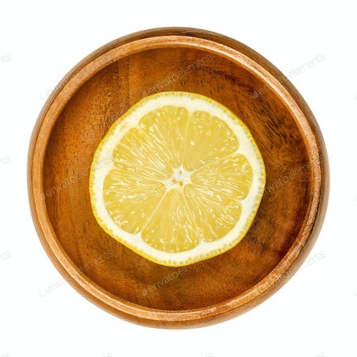 Zitronenhälfte, frisch geschnittene reife gelbe Zitrusfrüchte in Holzschale