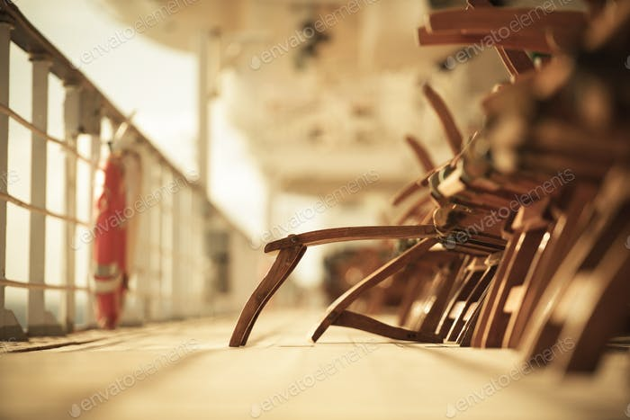 Leere Liegestühle auf Kreuzfahrtschiff