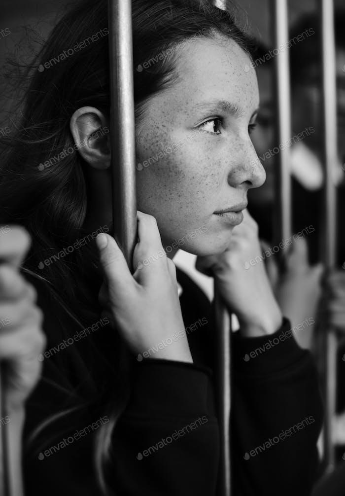 Junge traurig und Langeweile Schulmädchen halten am Tor