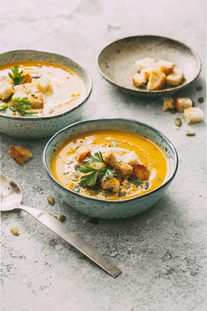 Kürbissuppe in einer Schüssel mit Croutons