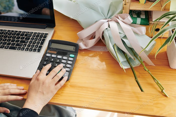 Florist counting bouquet price