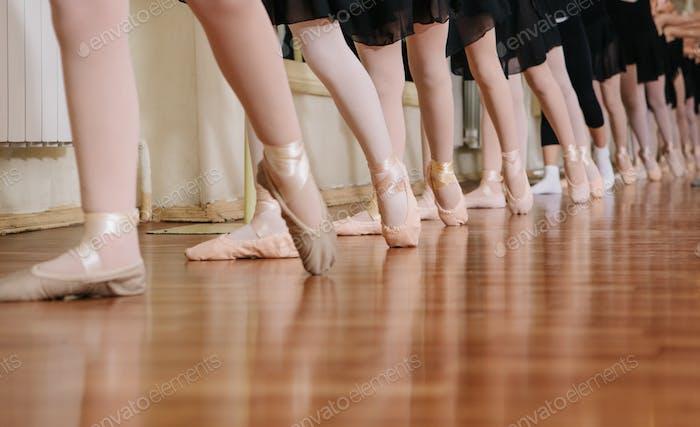 Kleine Ballerinas tun Übungen Ballettunterricht