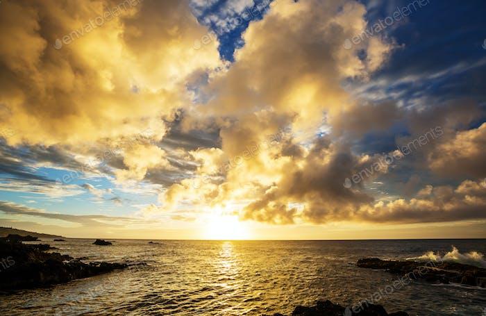 Hawaiianischer Strand bei Sonnenaufgang
