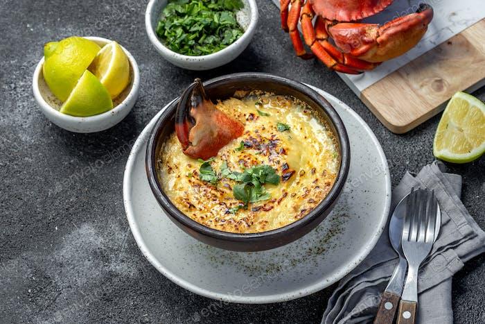 Gebackenes Krabbenfleisch Krabbenfleisch mit Käse, Sahne und Brot. Chilenische Pastell o chupe de jaiba