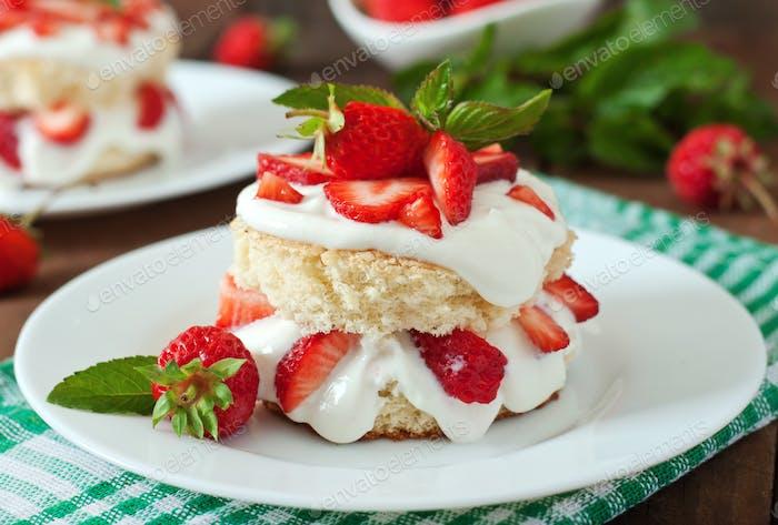 Sponge cake with cream and strawberries