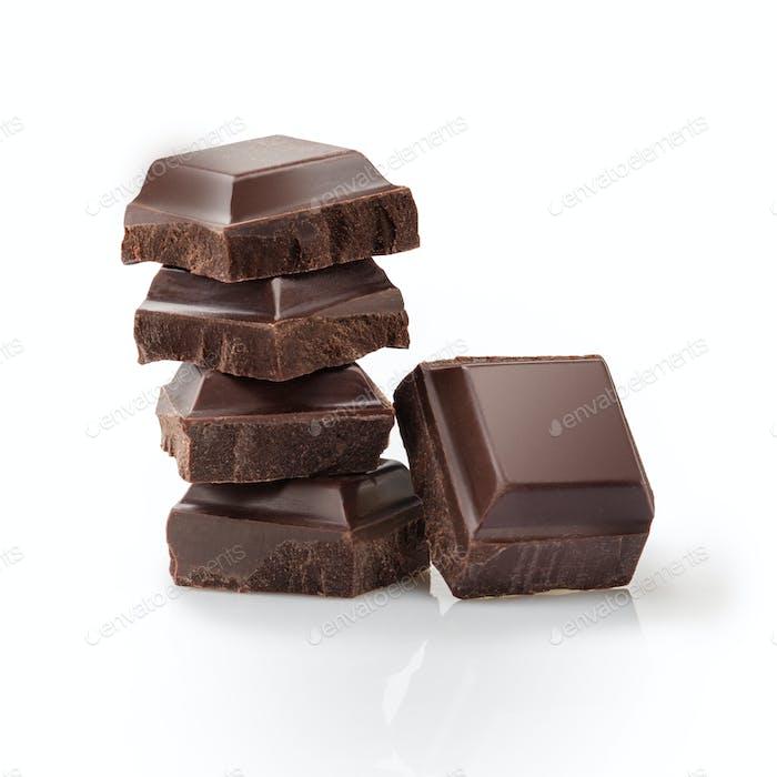Stücke von schwarzer Schokolade isoliert auf weiß