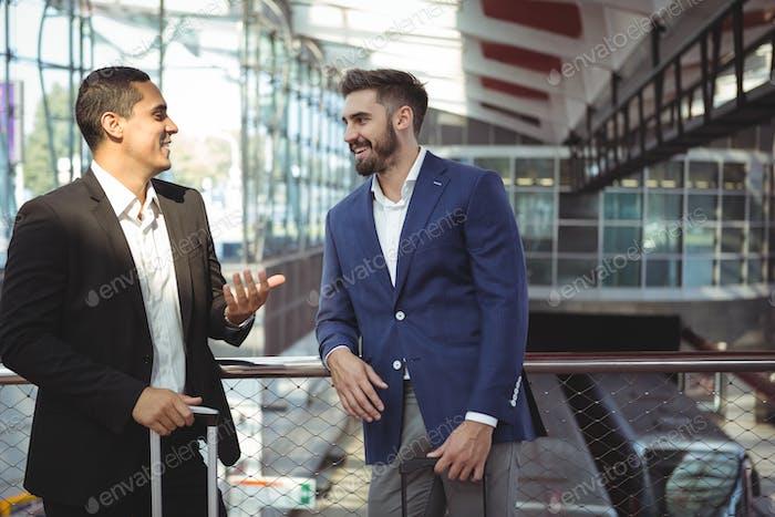 Führungskräfte, die auf der Plattform miteinander interagieren