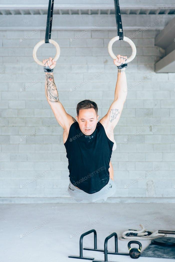 Fitness_man_doing_deep_rings_exercise
