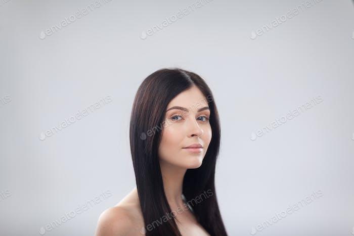 Frau Schönheit Gesicht Lächeln, Nahaufnahme Porträt Schöne Weiblich, Junge Brünette Mädchen Über Grau