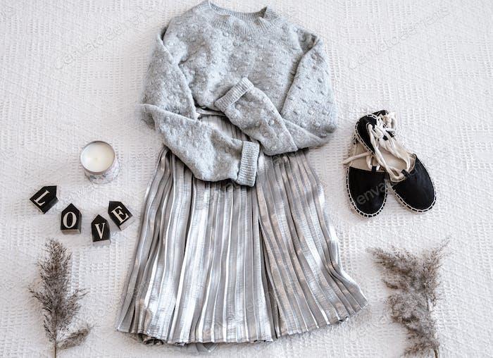 Set mit modischem Damenkleiderrock und Pullover.