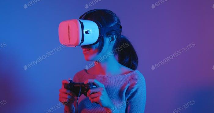 Frau spielen Spiel mit VR-Gerät