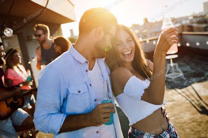 Freunde, die Spaß auf der Dachterrasse feiern.