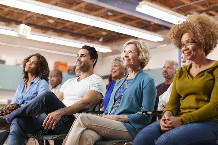 Gruppe besucht Nachbarschaftssitzung im Community zentrum