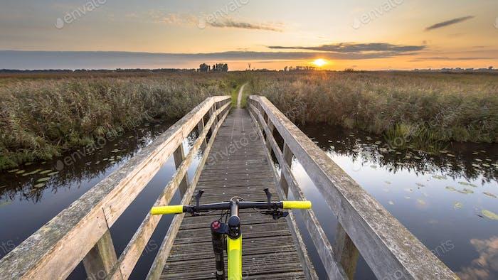 Bicicleta sobre puente de madera