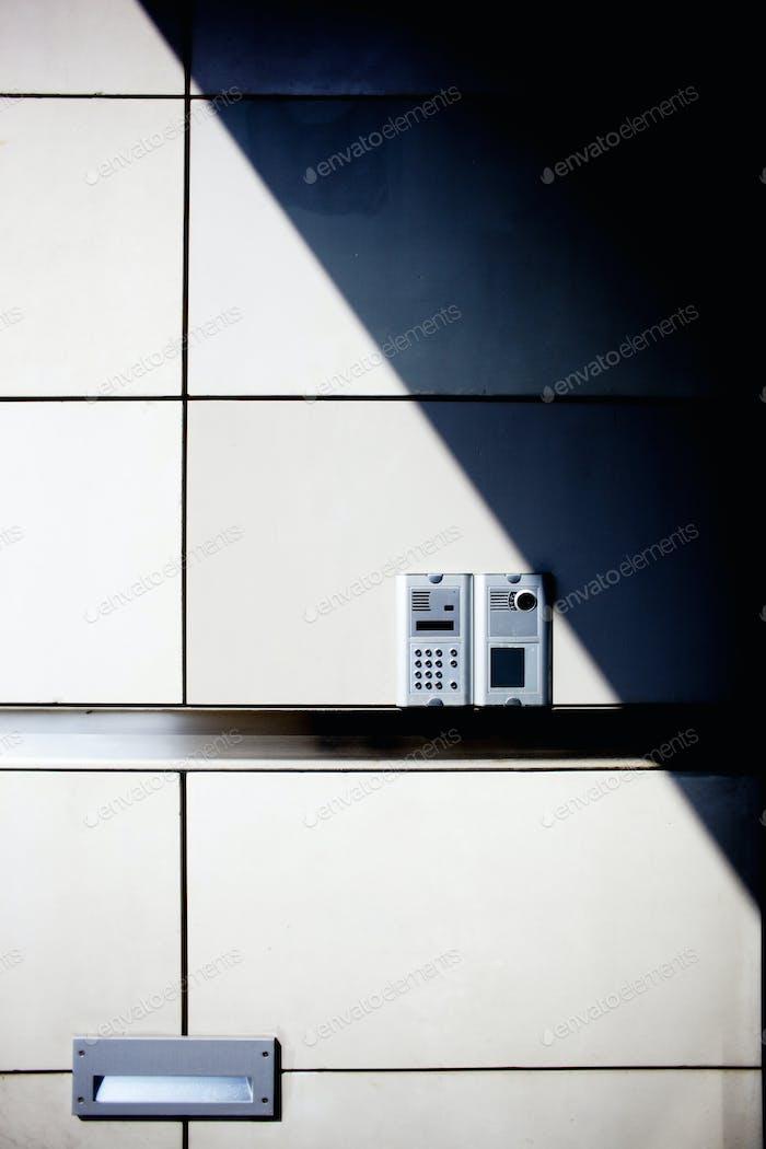 Alarmanlage an der Wand