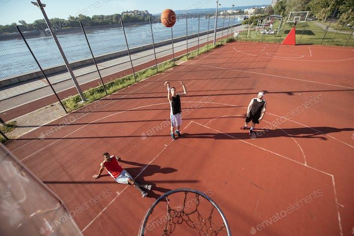 Jugando al baloncesto juntos