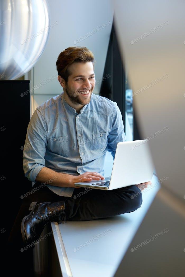 Hombre relajado Uso Ordenador portátil