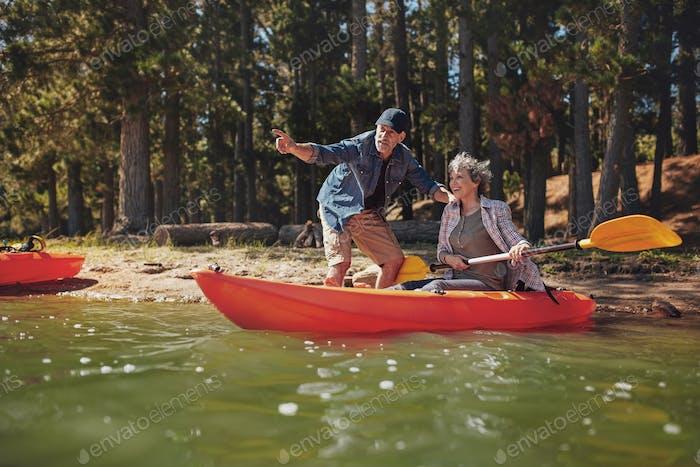 Seniorenpaar auf Kajak im See