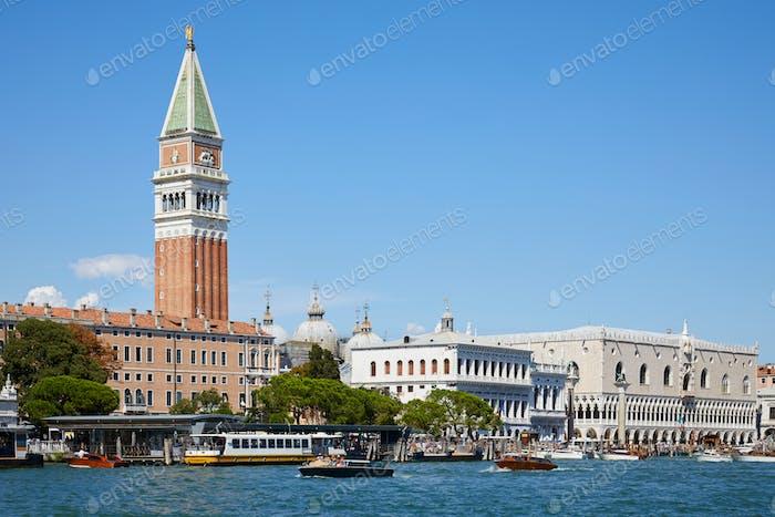 Venedig, Blick auf den Canal Grande mit Saint Mark Glockenturm in Italien, sonniger Tag