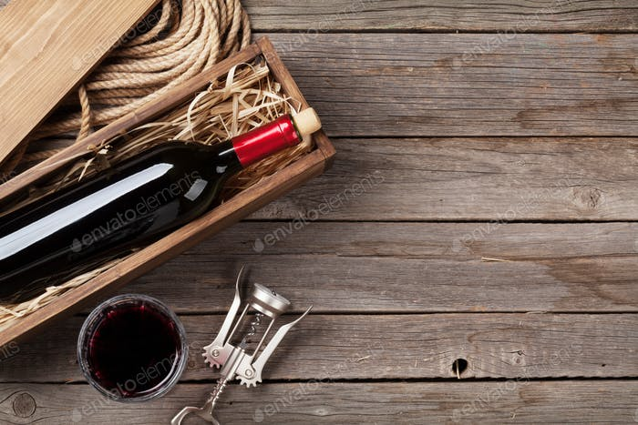 Rotweinflasche und Glas