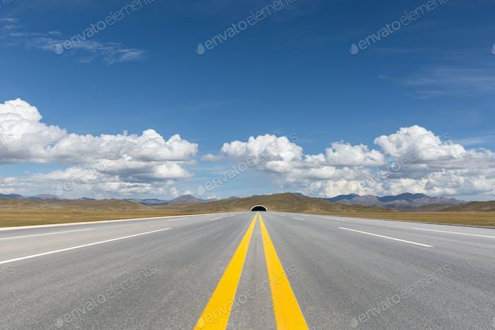 highway on qinghai plateau