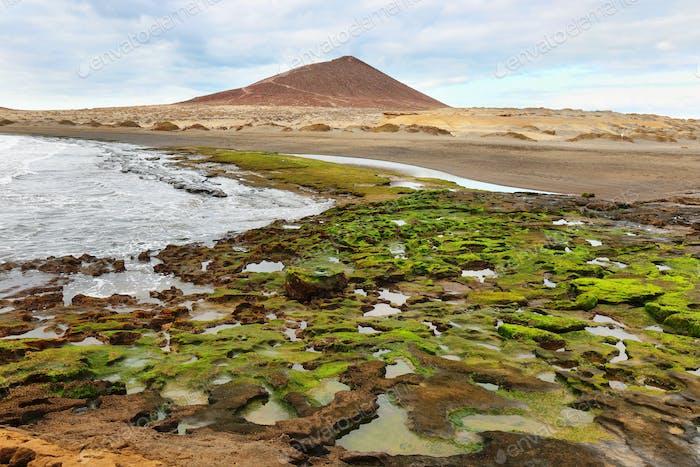 El Medano Strand mit rotem Berg im Hintergrund, Teneriffa, Kanarische Inseln, Spanien