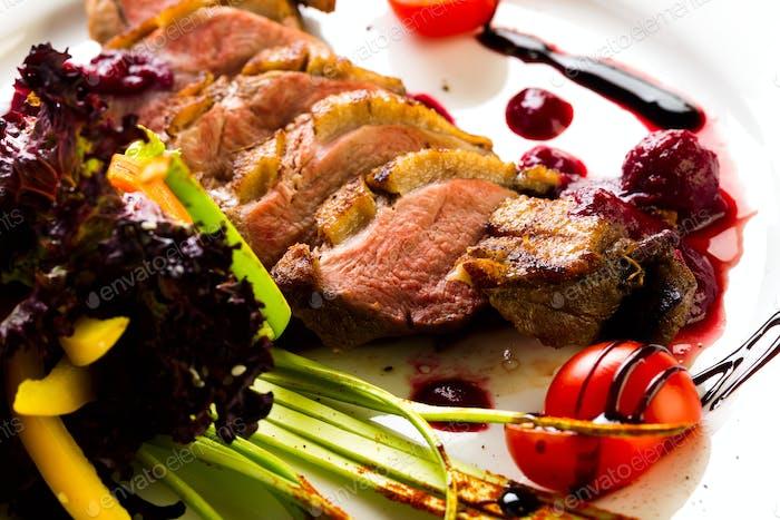 Ente gebacken mit Gemüse und Kräutern