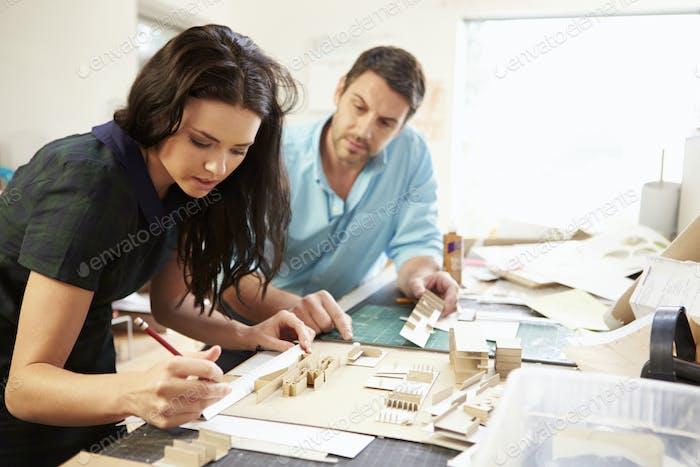 Zwei Architekten, die Modelle im Büro zusammen machen