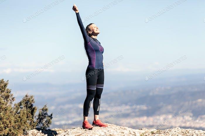 Trailrunner mit offenen Armen angehoben, während die Natur auf dem Moun genießen