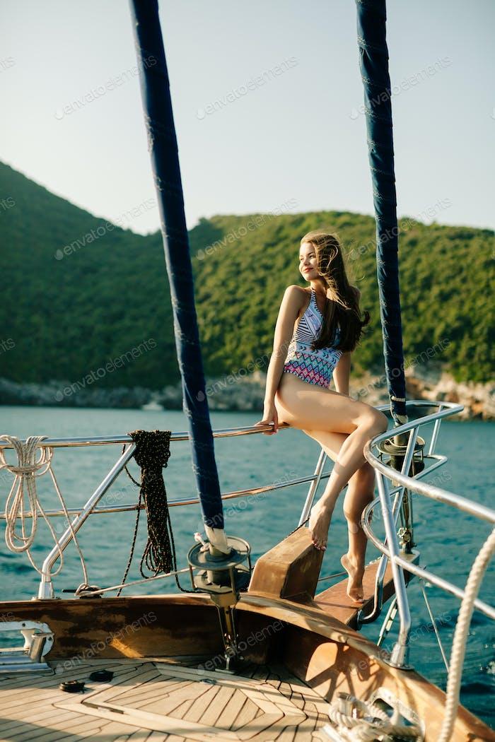 sexy Frau segeln auf yacht