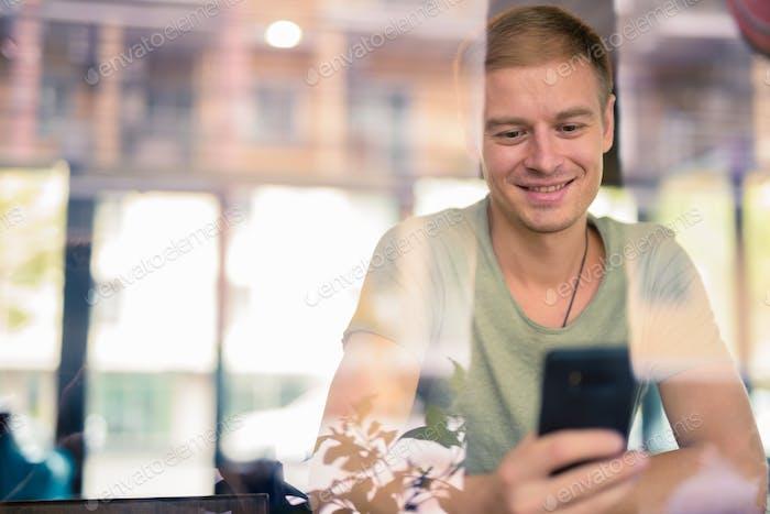Schöner Mann entspannt im Café