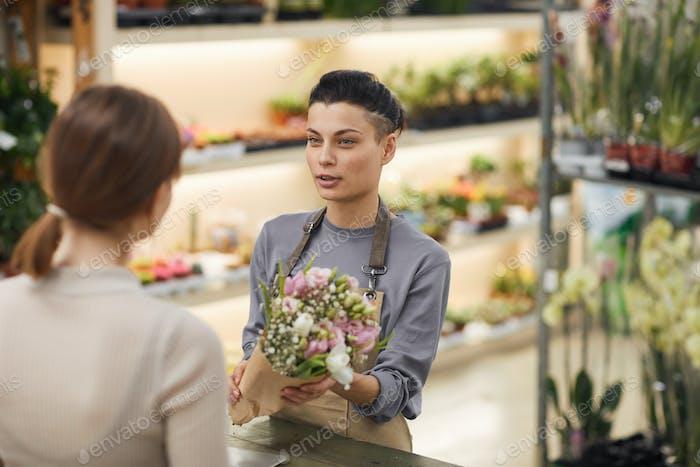 Mujer moderna que vende flores
