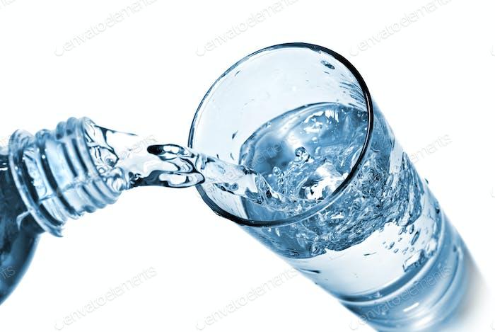 Wasser Gießen in Glas isoliert auf weiß