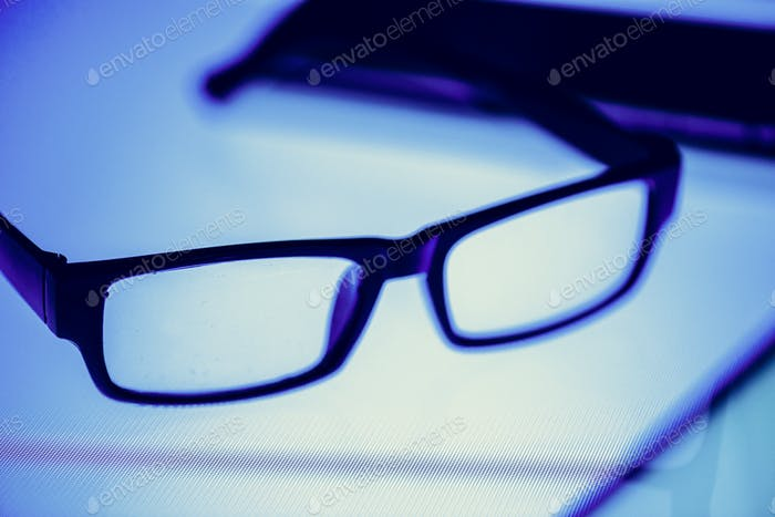 Очки на цифровом столе
