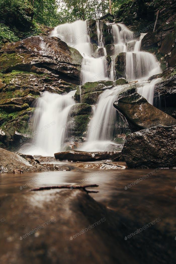 Wasserfall im Wald in den Bergen