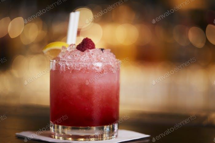 Nahaufnahme von Daiquiri Cocktail auf Bar Theke