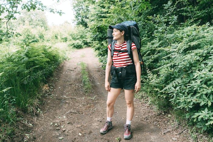 Sommer-Ortsausflug mit geschlossenen Grenzen. Weibliche Wanderer auf einer Expedition.