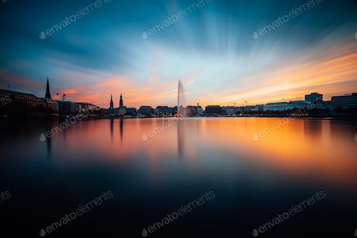 Panoramablick auf Binnenalster, Innere Alster in goldenem und blauem Abendlicht bei Sonnenuntergang