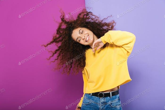 Bild von ziemlich glücklich lockige Frau fluchen lässige Kleidung lächelnd und tanzen