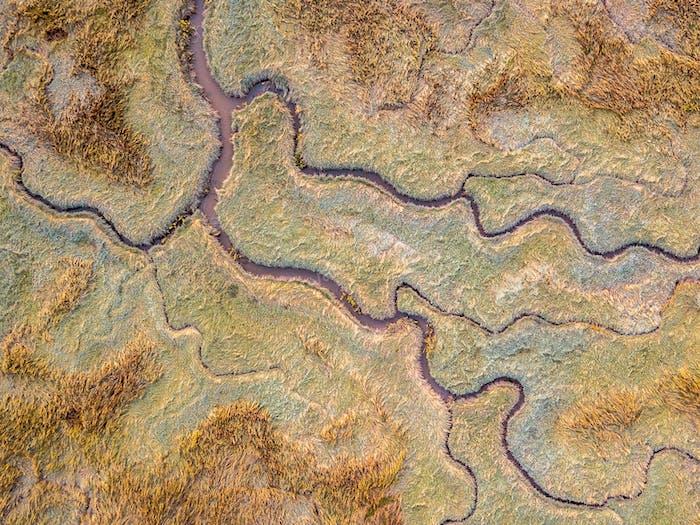 Luftaufnahme des Gezeitensumpflandes