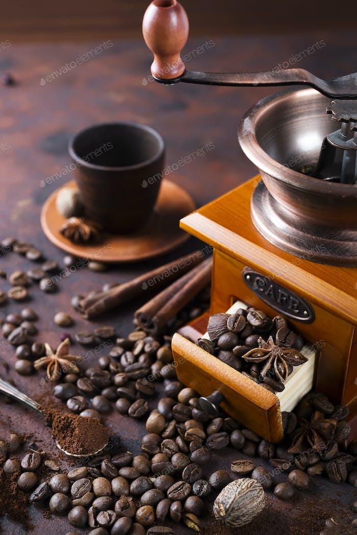 Stillleben von Kaffeebohnen mit Kaffeemühle