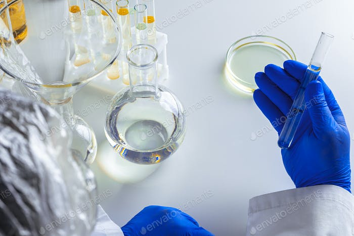 Nahaufnahme der Hände eines Wissenschaftlers, der mit Laborproben arbeitet