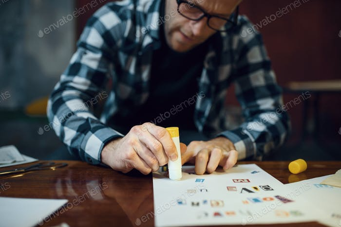 El secuestrador maníaco corta cartas para componer texto