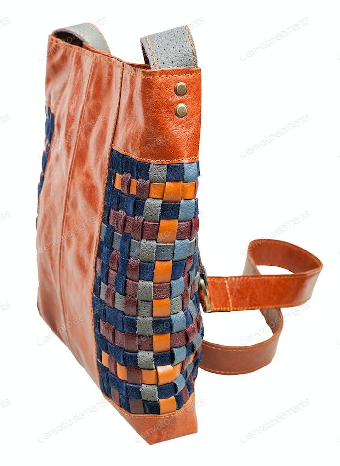 Seitenansicht der Tasche aus verflochtenen Lederstreifen