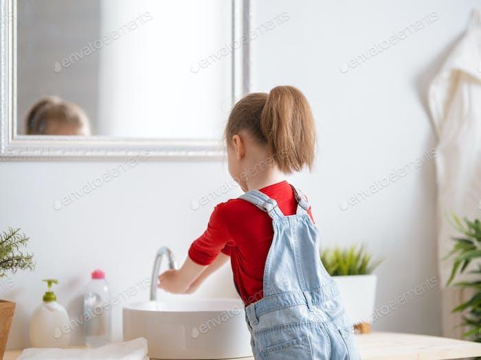 Kleines Mädchen ist Händewaschen