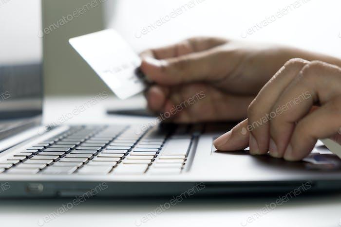 Online-Einkauf mit Kreditkarte